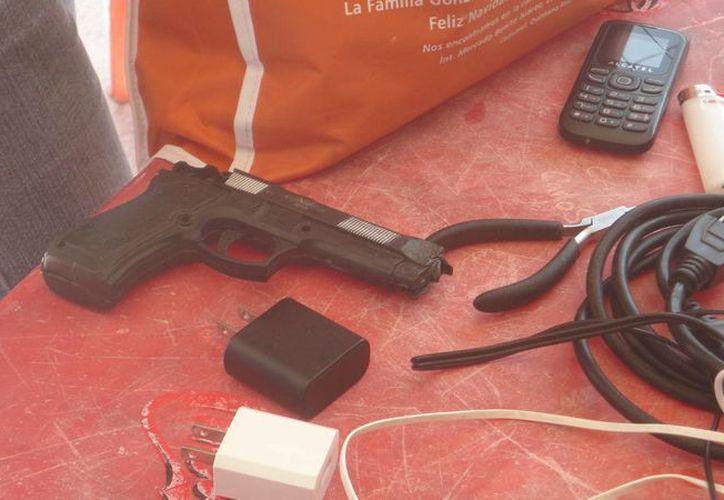 Durante un operativo realizado en la cárcel de Cozumel se halló una pistola de juguete, un celular y una libreta de teléfonos, entre otros objetos. (Redacción/SIPSE)