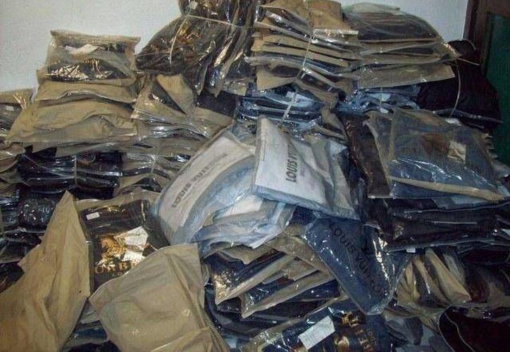 Entre la mercancía se encuentran artículos como ropa, bolsas para dama, calzado deportivo y lencería de procedencia extranjera. (SIPSE)