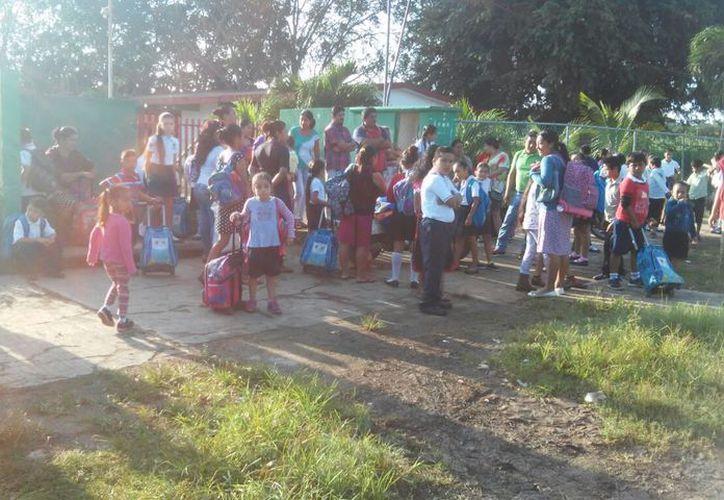 La noche del martes pasado, los tutores encadenaron la entrada de la primaria para impedir que los docentes entraran. (Carlos Castillo/SIPSE)