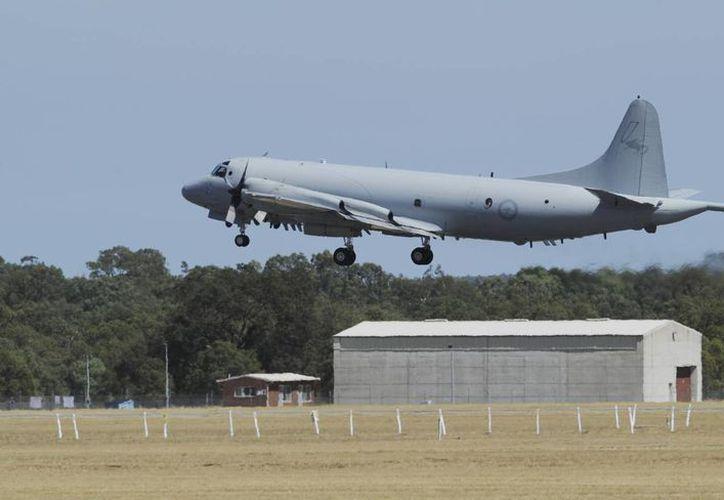 Un aeroplano de la Real Fuerza australiana despega de la base Pearce, al norte de Perth, para sumarse a las labores de búsqueda del vuelo malayo. (Agencias)