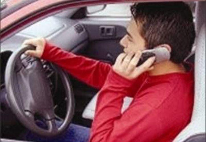 Se comenzará a aplicar el reglamento para disminuir los accidentes ocasionados por conducir y utilizar el teléfono. (Contexto/Internet)