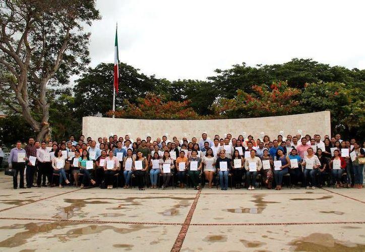 Se entregaron en total 101 paquetes, que en conjunto, suman mil 345 horas para profesores; además de dos jornadas completas para telesecundaria. (Facebook de SEGEY Secretaría de Educación del Gobierno del Estado de Yucatán)