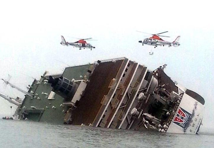 La primera víctima fatal del naufragio es al parecer un miembro de la tripulación. (AP)