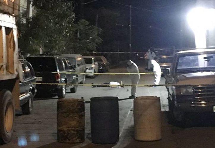 La procuraduría de justicia del estado informó que fueron siete los muertos, entre ellos tres menores de edad de 10, 13 y 16 años que presuntamente no estarían relacionados con la venta de droga. Imagen de los peritos en el lugar de los hechos. (@joluisgarcia)