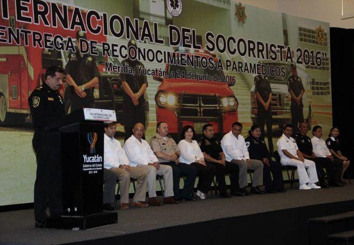 El secretario de Seguridad Pública, Luis Saidén Ojeda, recordó que hace muchos años los socorristas eran pocos y solo contaban con una combi. Hoy incluso hay 30 ambulancias con bases en 13 municipios, además de Mérida. (Jorge Acosta/Milenio Novedades)