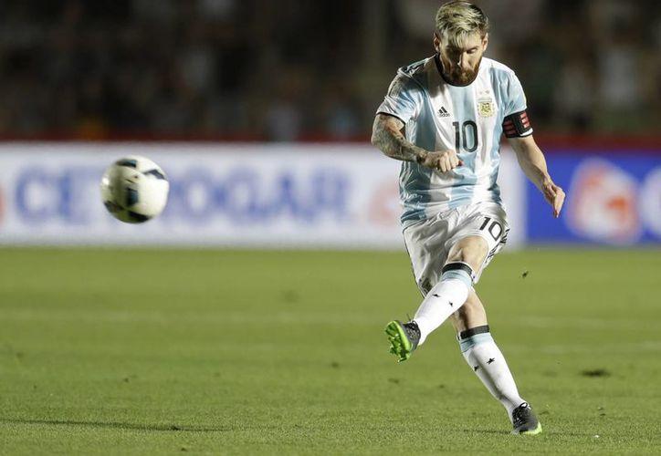 Argentina ganó hoy 3-0 como local a Colombia, entró a zona de clasificación mundialista y sacó de la misma a los cafetaleros. Ahora Argentina es quinto y los colombianos son sextos. En la foto, Messi anota de tiro libre. (AP)