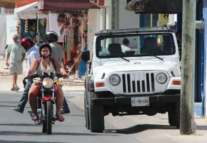 Los automóviles para rentar se encuentran en la quinta avenida con calle dos norte de la colonia Centro en Cozumel. (Gustavo Villegas/SIPSE)
