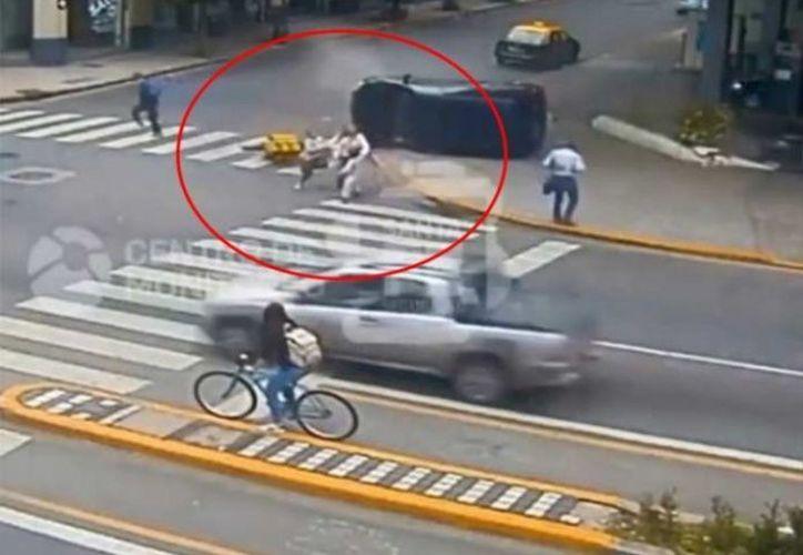 La mujer no lo pensó dos veces y se lanzó para salvarlos de tres situaciones peligrosas. (Debate)