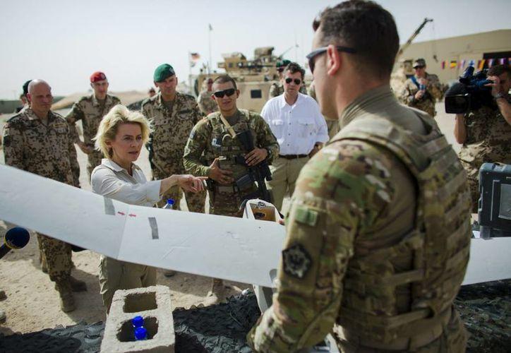 El conflicto en Afganistán, que cobró la vida de al menos talibanes, está en su momento más álgido desde la invasión de EU. En la imagen, un marine platica con la ministra de Defensa de Alemania Ursula von der Leyen, quien visitó a sus soldados. (AP)