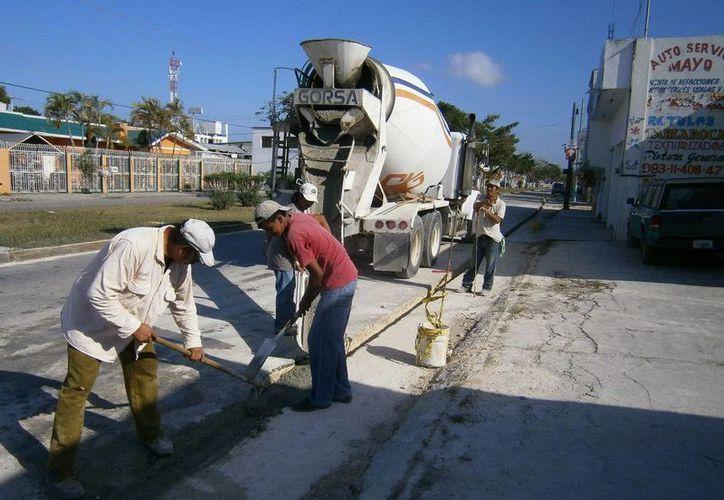 Los trabajos de instalación de tubería para el drenaje pluvial se llevan a cabo a marchas forzadas. (Redacción/SIPSE)