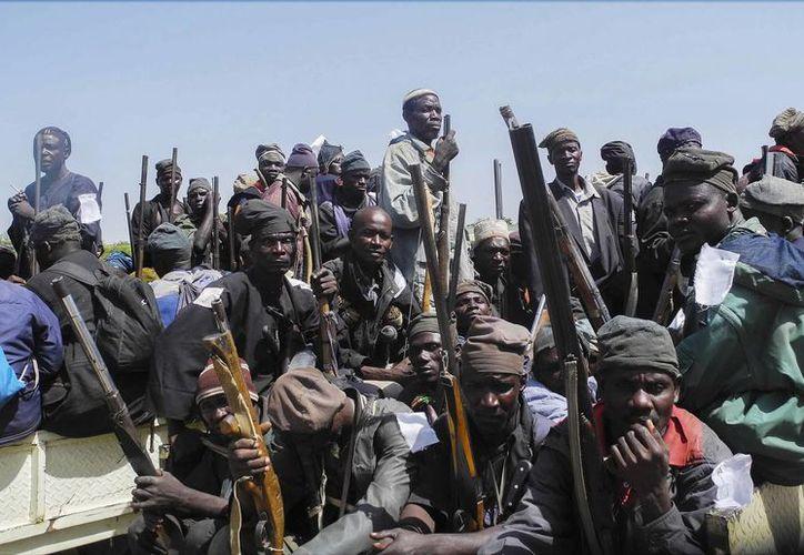 Un grupo de cazadores y vigilantes nigerianos se agrupa en varios vehículos para hacer frente a militantes del grupo terrorista Boko Haram, en Yola, Nigeria. (Foto de contexto de EFE)
