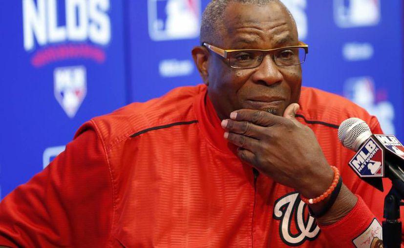 Dusty Baker (en la foto), de Nacionales, y Dave Roberts, de Dodgers, son los primeros entrenadores negros en enfrentarse en un juego de postemporada de Grandes Ligas. (AP)