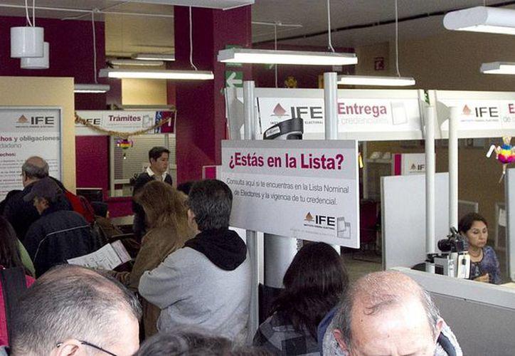 El IFE tiene que resolver la alta afluencia de ciudadanos para recoger su mica al tiempo en que hace cambios en su centro de producción de credenciales. (Notimex)