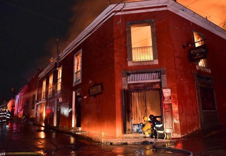 El fuego, de grandes proporciones, se inició en la noche del jueves en la segunda ciudad más importante de Guatemala, ubicada a 200 kilómetros de la capital guatemalteca. (EFE)