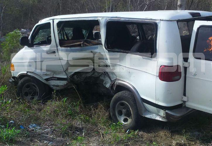 La camioneta Van que se vendía terminó severamente dañada. (C. Navarrete/ SIPSE)