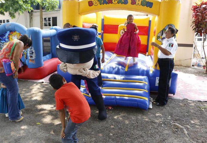 Los pequeños abordaron las patrullas para conocer mejor su trabajo y jugaron en los juegos que se instalaron. (Harold Alcocer/SIPSE)