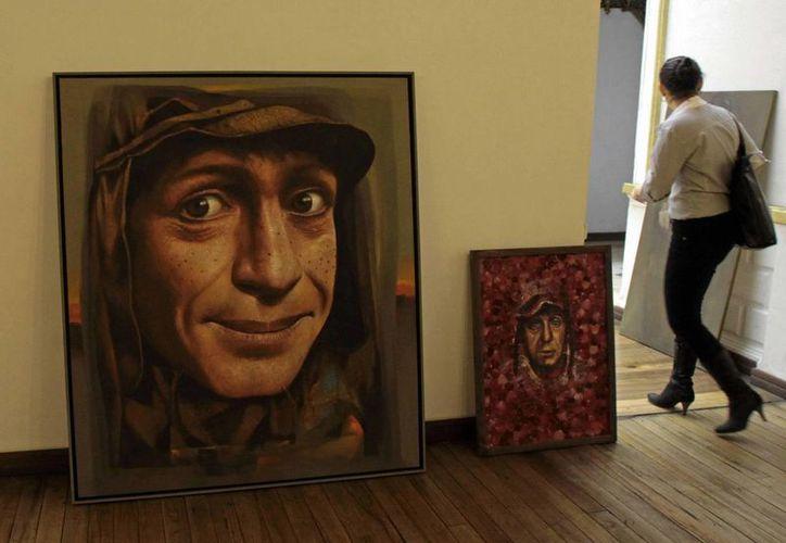 Vista de dos obras que forman parte del homenaje al comediante mexicano Roberto Gómez Bolaños, Chespirito, en un museo de La Paz, Bolivia. (EFE)