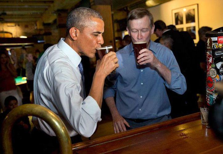 Barack Obama declinó fumar marihuana, pero aceptó 'brindar' con el gobernador de Colorado, John Hickenlooper, en la Wynkoop Brewing Co, en Colorado; el Presidente rompió el protocolo y puso en aprietos a su cuerpo de seguridad. (AP)