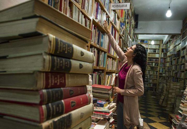 La calle de Donceles cuenta con librerías de viejo que debido a su antigüedad y valor llegan a costar hasta 200 mil pesos. (Notimex)