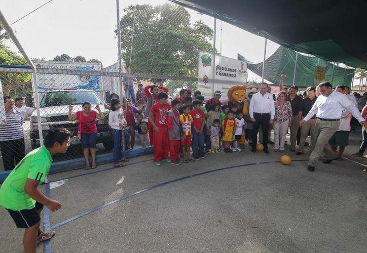 En Caucel el gobernador Rolando Zapata (d) entregó a tres equipos de futbol balones donados por la Feyac. (Cortesía)