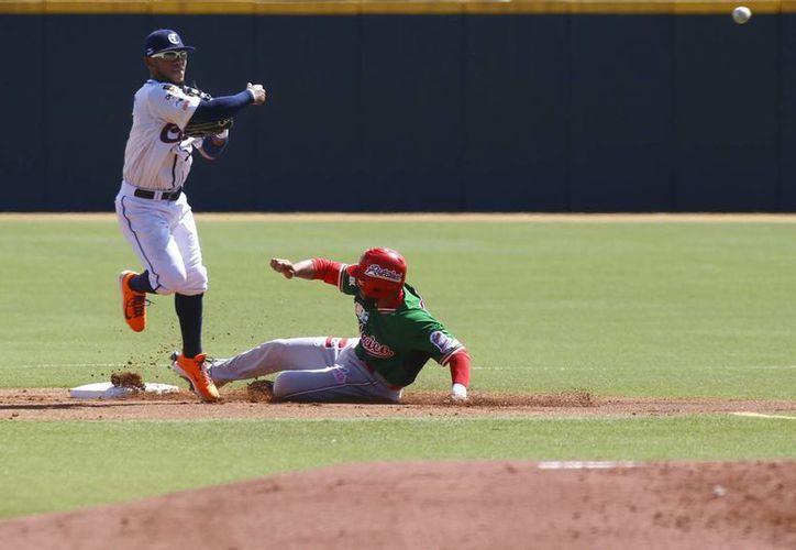 El jugador venezolano Alexi Amarista, saca en segunda a José Rodríguez de México, este 6 de febrero, durante el partido entre Mexico y Venezuela por la Serie del Caribe de béisbol, en el estadio Hiram Bithorn de San Juan, Puerto Rico. (EFE)