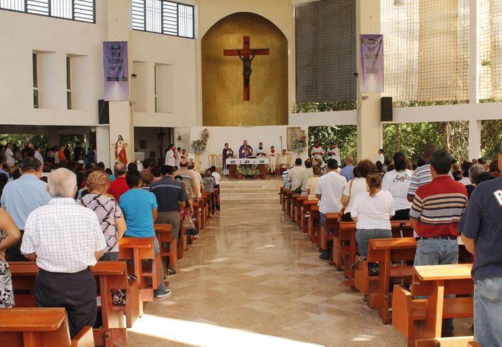 El obispo dijo que espera que los feligreses tomen en cuenta las indicaciones y disfruten de las fiestas sin gastar de más. (Jesús Tijerina/SIPSE)