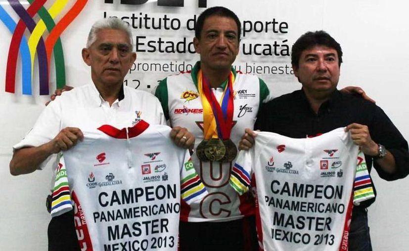Cisneros Yapur muestra las medallas que ganó en Jalisco en octubre. (Milenio Novedades)