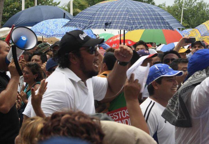 Maestros gritan consignas contra su líder sindical y la secretaria de Educación. (Harold Alcocer/SIPSE)