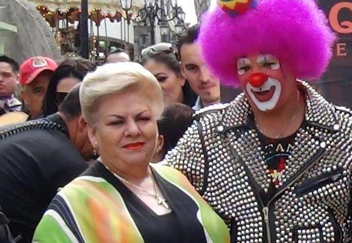 El comediante 'Platanito', quien en esta foto aparece junto a Paquita la del Barrio, dijo que no quiere volver a estar con Consuelo Duval. (kioskonews.com)