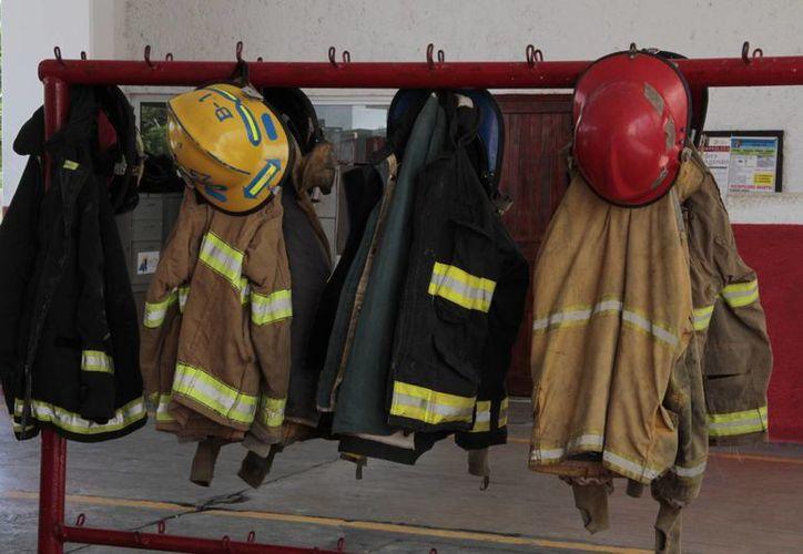 El pasado 10 de abril, los bomberos recibieron 50 equipos de protección y trajes especiales. (Tomás Álvarez/SIPSE)