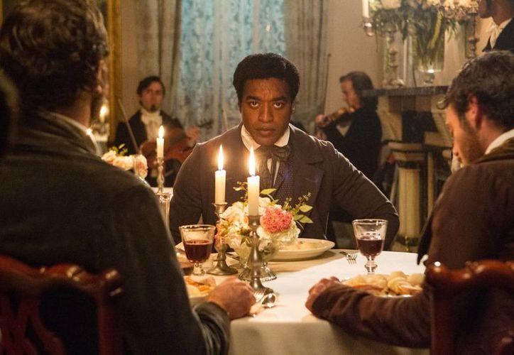 El actor Chiwetel Ejiofor (de frente) durante una escena del filme '12 years a slave'. (Agencias)