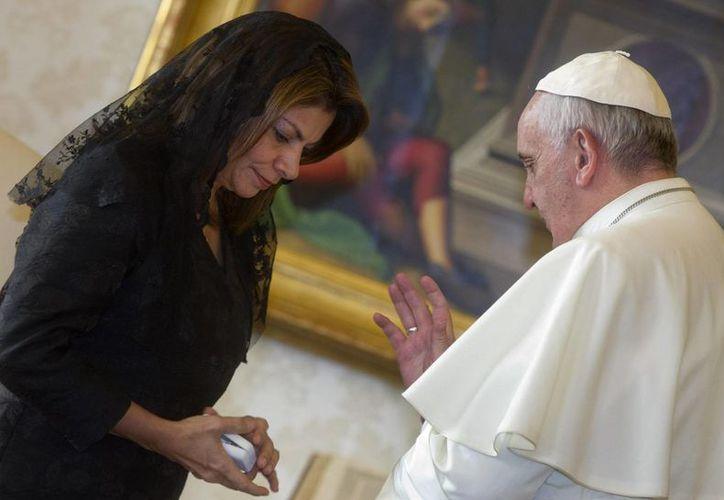 El Papa bendice a la presidenta Laura Chinchilla, que declaró que el diálogo con el Santo Padre fue muy fluido. (Agencias)
