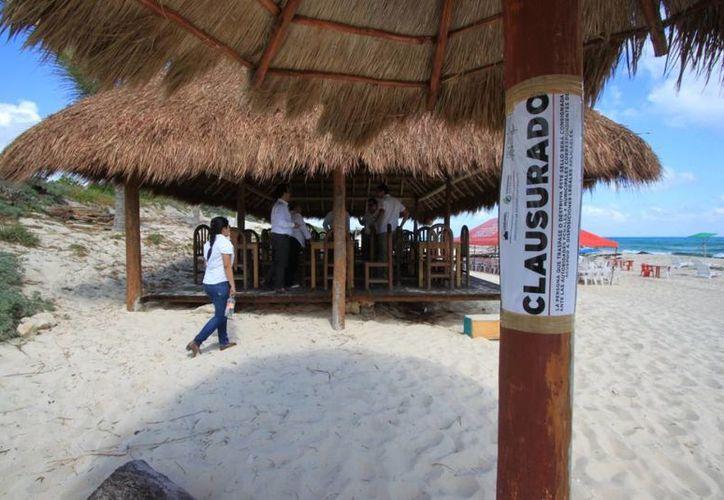 Se desconoce si los que operan la palapa cuentan con permisos para servir comida a los turistas. (Gustavo Villegas/SIPSE)