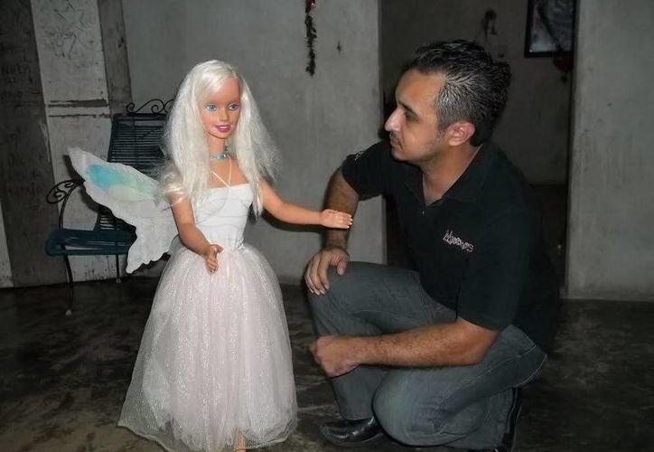 Jorge Moreno observa a la muñeca hada antes de llevársela al Museo Paranormal para su análisis. (Jorge Moreno/SIPSE)