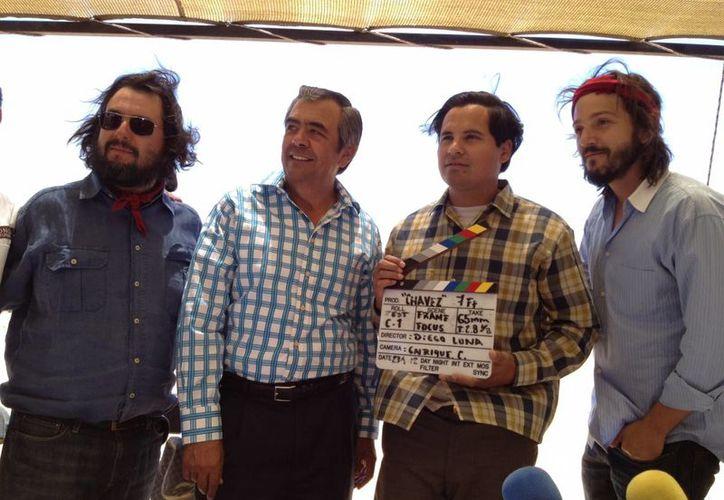 Diego Luna junto al protagonista de la película Michael Peña, quien sostiene la claqueta. (wordpress.com)