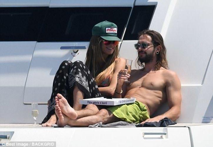 La modelo se mostró muy cariñosa con su novio. (Daily Mail)
