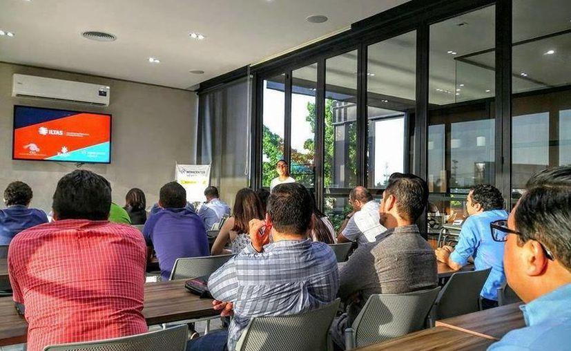 Numerosas personas asistieron al taller 'Las 5 tentaciones ilegales del emprendedor', instruido por Karla Cabrera Muñoz. (Milenio Novedades)