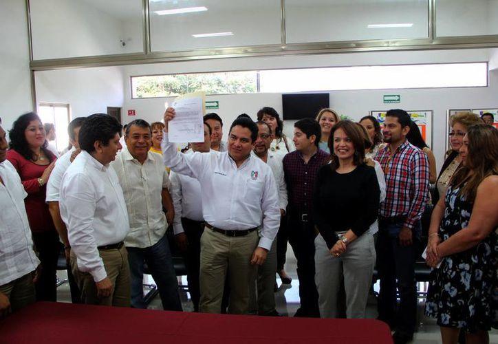 El dirigente priista, Carlos Pavón Flores, después de entregar sus documentos ante el Iepac. (Milenio Novedades)
