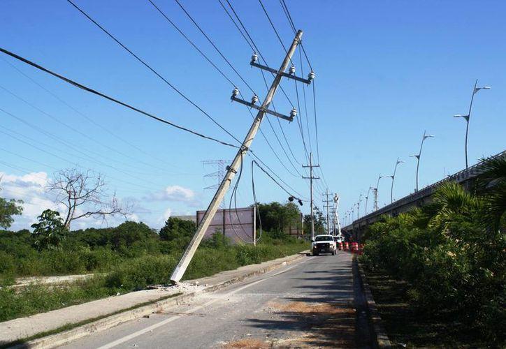 Los automovilistas impactan contra los postes y deben pagar los daños y afectaciones. (Octavio Martínez/SIPSE)