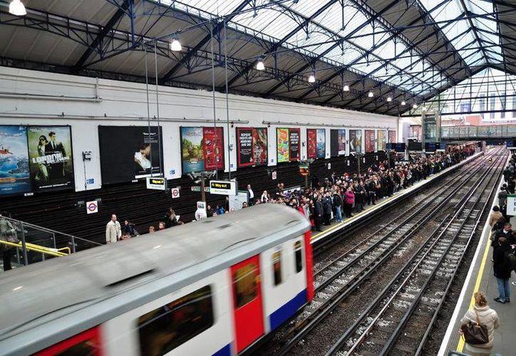 Este sábado Londres inauguró su servicio nocturno de Metro. En un principio solo dos líneas brindarán el servicio. (londres.es)