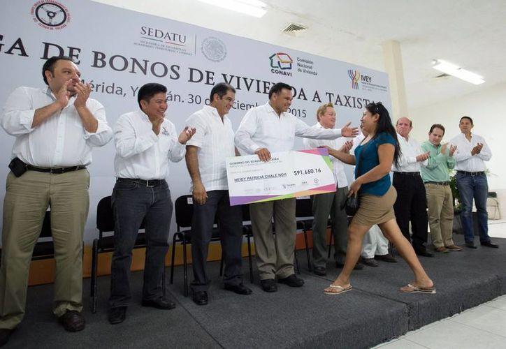 El Gobernador entregó los primeros 200 bonos simbólicos del Programa de Autoproducción de Vivienda del IVEY. (Milenio Novedades)