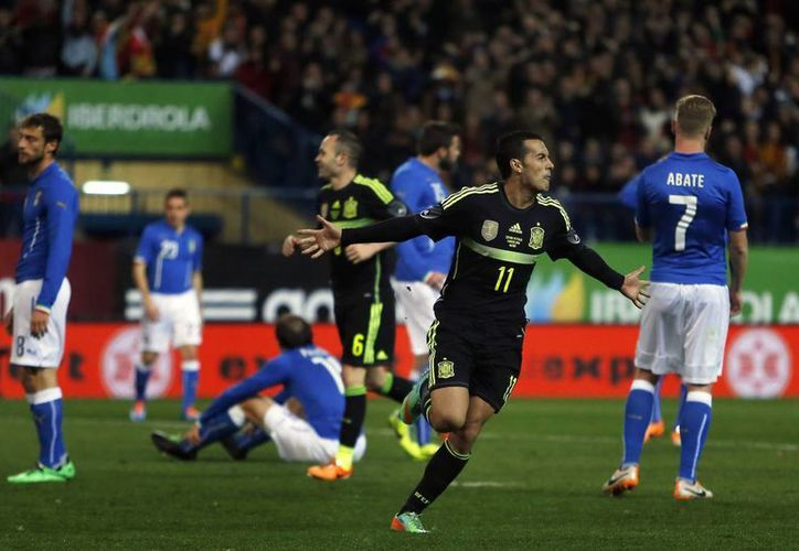 Pedro Rodríguez celebra el gol de España ante el desencanto de los italianos. (Agencias)