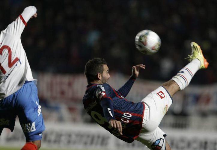 Martin Cateruccio, del San Lorenzo (d), pelea por la pelota frente a Ramón Coronel, del Nacional de Paraguay, durante la final de la Copa Libertadores en Buenos Aires. (Foto: AP)