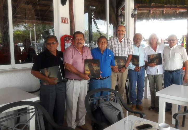 """Los visitantes recibieron un ejemplar del libro """"Puerto Morelos, historia de un pueblo con encanto"""". (Cortesía)"""