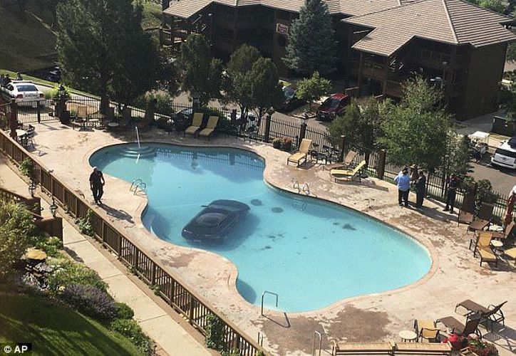 La piscina fue drenada y el coche fue sacado el lunes por la tarde. (AP)