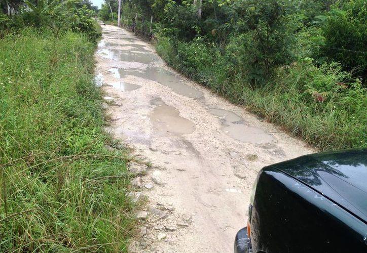 La circulación en las calles de terracería se agrava en temporada de lluvias. (Redacción/SIPSE)