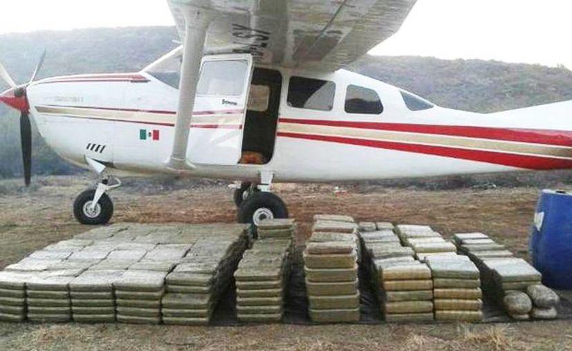 Además de la marihuana también fue asegurada una aeronave tipo Cessna, color blanca. Imagen de contexto de una avioneta decomisada en Baja California en agosto pasado. (Archivo/Agencias)