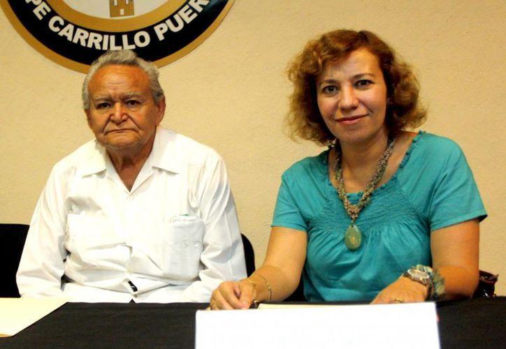Miguel Sánchez Pérez y Ena Evia Ricalde son los organizadores del certamen literario. (SIPSE)