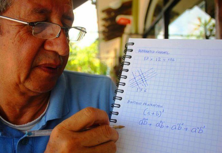 Alfredo Muñoz Valadez, catedrático de Matemáticas y Física, promueve este método de aprendizaje. (Daniel Pacheco/SIPSE)