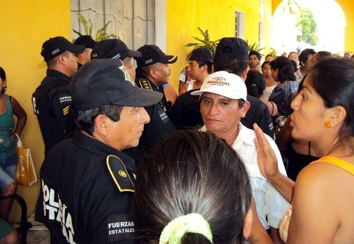 Numerosos policías acudieron al Palacio Municipal para proteger la integridad de la alcaldesa. (SIPSE)